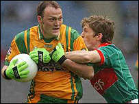 Colm McFadden (left) and Mayo's Liam O'Malley