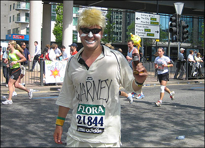 Fun runner Troy Tindill dressed as Shane Warne.