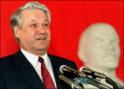 Candidate for Moscow seat in upcoming parliamentary elections, Boris Yeltsin addresses some 500 delegates of the ZIL car factory 21 March 1989 in Moscow
