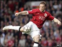 Wayne Rooney dispara hacia el arco