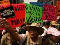 Activistas contra el aborto protestan en las calles de la Ciudad de México