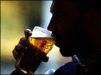 Человек с пинтой пива