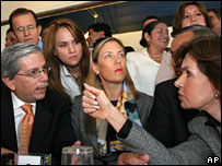 Diputados ecuatorianos enrueda de prensa en Quito el 24 de abril de 2007