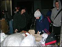 Janet Kalish abre una caja de manzanas