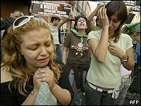 Activistas anti-aborto lloran afuera de la asamblea de Ciudad de M�xico.