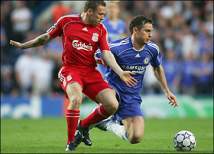 Frank Lampard holds off Liverpool's Craig Bellamy