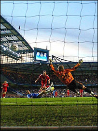 Joe Cole scores for Chelsea against Liverpool