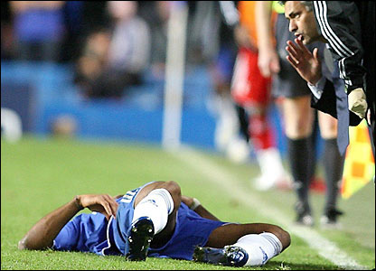 Jose Mourinho gives instructions to Didier Drogba
