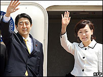 Shinzo Abe and his wife Akie board a plane for Washington - 26/04/07