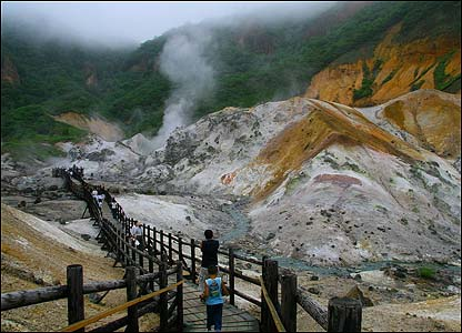 В заповеднике Сикоцу-Тоя также есть бурлящая и зловонная Адская долина, напоминающая Долину гейзеров на Камчатке