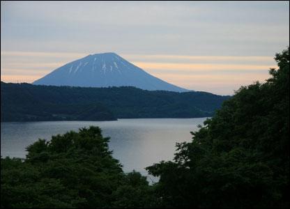 C озера Тоя открывается вид на так называемый хоккайдский Фудзи - вулкан Ётэйзан (1898 м)