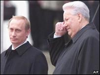 Vladimir Putin (izq.), el d�a en que recibi� la presidencia de Rusia de manos de Yeltsin