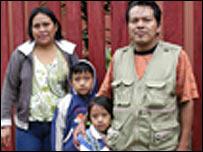Cusurichi con su esposa e hijos. Foto: Tom Dusenbery. Gentileza de Goldman Environmental Prize.
