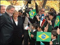 Luiz Inácio Lula da Silva y Michelle Bachelet con escolares