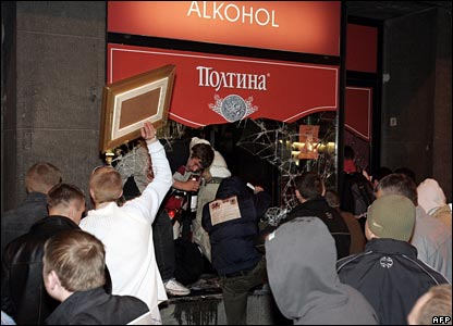 Looters break into an alcohol shop in Tallinn