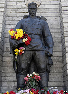 The bronze statue of the soldier