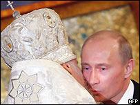 Патриарх Алексий II целует президента Владимира Путина во время пасхальной службы в Москве 8 апреля 2007 года