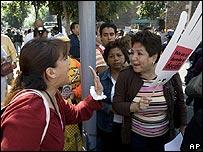 Activistas anti y pro aborto discuten en Ciudad de M�xico.