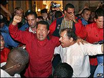 Hugo Ch�vez (izq) y Daniel Ortega.