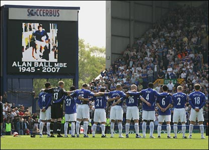 The Everton team and fans pause to remember legendary player Alan Ball, who died earlier in the week