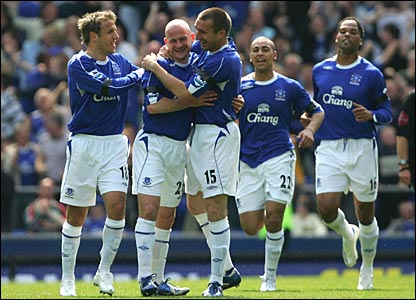 Alan Stubbs (centre) is congratulated by Phil Neville, Lee Carsley, James Vaughan and Joleon Lescott