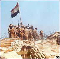 وحدة عسكرية مصرية ترفع العلم المصري على خط برليف في سيناء عام 1973