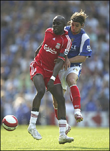 Momo Sissoko battles Portsmouth's Niko Krancjar for the ball