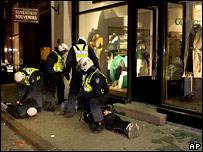 Полицейские задерживают демонстрантов в Таллине