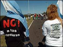 """Manifestantes argentinos con camisetas que rezan """"No a las papeleras"""" (gentileza lanacion.com)"""