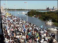 Manifestantes sobre el puente General San Martín (gentileza lanacion.com)