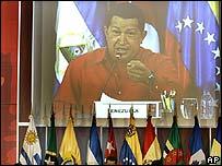 Imagen de Ch�vez en pantalla gigante durante la cumbre