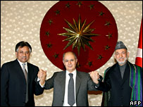 Pakistan's Gen Pervez Musharraf (left), Turkey's President Ahmet Necdet Sezer and Afghan President Hamid Karzai before the talks on 29 April 2007