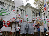 Акция протеста около эстонского посольства в Москве