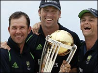 Ponting, McGrath and Gilchrist show off the World Cup trophy