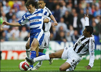 Stephen Hunt is tackled by Nolberto Solano