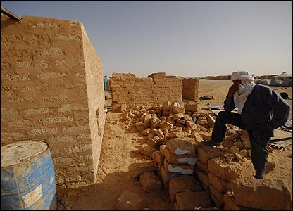 Construction of mud house in Smara refugee camp, Algeria (Copyright: Steve Franck)