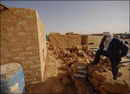 Construction of mud house in Smara refugee camp, Algeria (Copyright: Steve Franck)