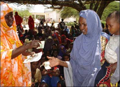 A widow is given money to feed her children in Ceelasha Biyaha