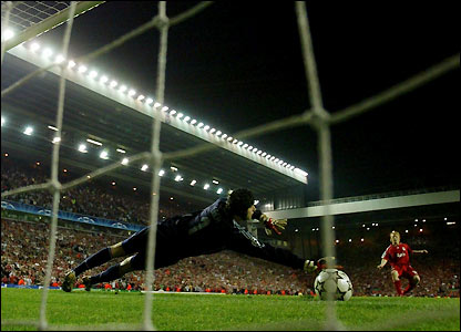 Kuyt places his kick beyond Cech's outstretched arm