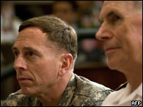 General David Petraeus (iz.), comandante de las fuerzas en Irak, escucha a Bush.