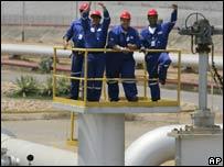 Trabajadores en el complejo petrolífero José Antonio Anzoátegui