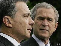 Colombian President Alvaro Uribe and US President George W Bush (R)