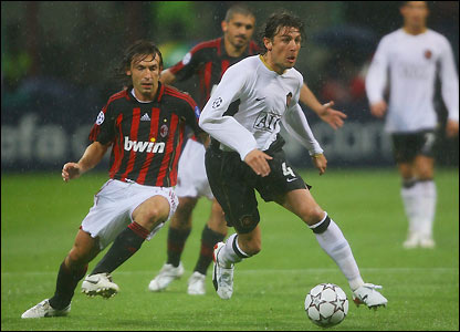 Gabriel Heinze leaves Andrea Pirlo behind