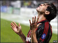 Kaká celebra bajo la lluvia