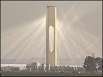 """Una """"plantación de espejos"""" refleja los rayos hacia la torre de luz"""