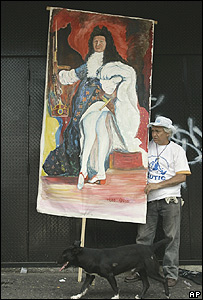 Un opositor muestra su interpretación de Chávez: un rey absolutista.