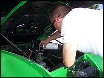 Marcial Basanta, camionauta cubano, debajo del capot
