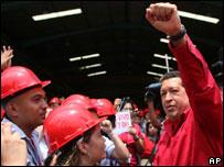 Hugo Chávez, presidente de Venezuela visitando una fábrica metalúrgica en Valencia