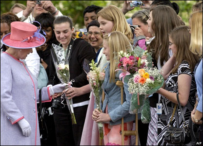 Queen receives flowers at Virginia State Capitol