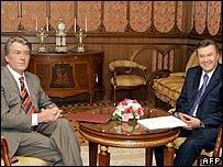 President Viktor Yushchenko (l) and PM Viktor Yanukovych